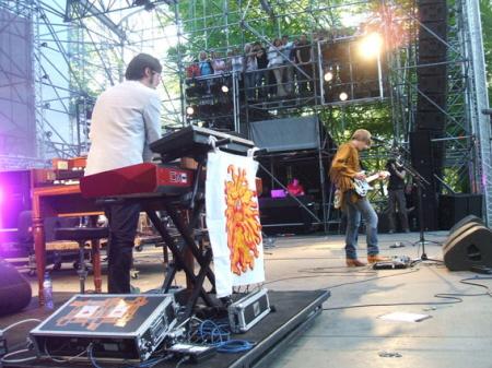 Kula Shaker met op de achtergrond backstage-tribune (foto website Bevrijdingspop)