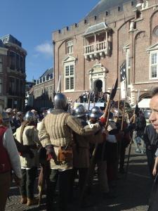 Ridders op Grote Markt tijdens Jopen Festival
