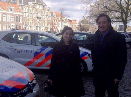 Samen met fotografe Bibi Veth voor de politiewagen